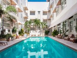 La superbe piscine de l'hôtel The Betsy, aux Etats-Unis