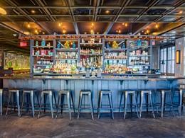 Magnifique bar rétro chic à l'hôtel Confidante Miami Beach