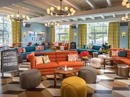 Lounge haut en couleur à l'hôtel Confidante Miami Beach