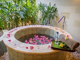 Bain de fleurs au spa de l'hôtel The Griya