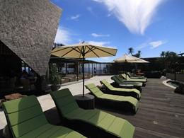 Détente au bord de la piscine de l'hôtel The Griya