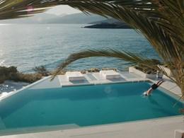 Profitez de la piscine et de sa sublime vue