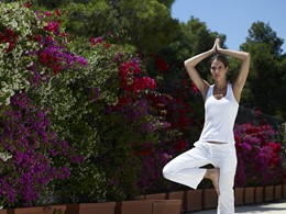 Séance de yoga à l'hôtel
