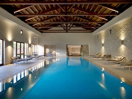 La piscine interne de l'hôtel The Romanos