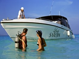 Repas romantique à bord d'un bateau