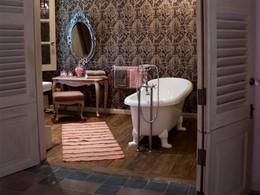 La salle de bain avec baignoire à pieds