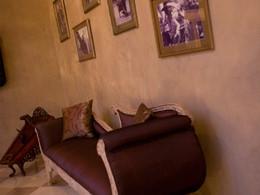 Sofa et tableaux dans la villa