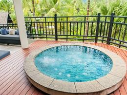 Le bain à remous de la Two Bedrooom Pearl Shell Suite
