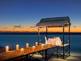 Dîner romantique sur le ponton de l'hôtel St Regis