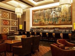 Sirotez des délicieux cocktails au Manhattan Lounge du St. Regis