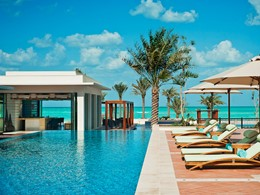 La superbe piscine de l'hôtel St. Regis Saadiyat