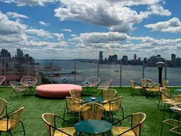 Splendide vue sur la rivière et Manhattan depuis le bar Le Bain