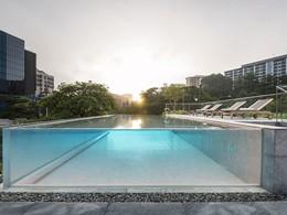 La piscine du Warehouse Hotel, au style industriel chic et moderne