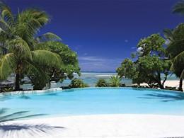 La piscine de l'hôtel Tikehau Pearl Beach avec vue sur l'Ocean Pacifique en Polynésie
