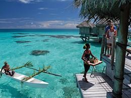 Petit déjeuner livré en canoë à l'hôtel Tikehau Pearl Beach Resort en Polynésie