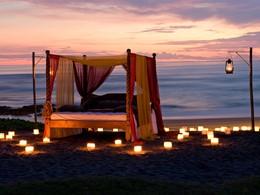 Endormez-vous sur la plage de l'hôtel Tugu Bali à Tanah Lot