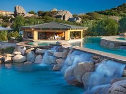 La piscine et ses cascades pour vous convier à un instant de détente