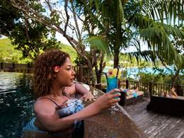 Dégustez un délicieux cocktail tout en profitant de la piscine du Valmer Resort