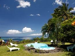 Profitez de la belle piscine du Vanira Lodge à Tahiti