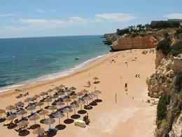 La superbe plage aménagée du Vilalara Thalassa Resort