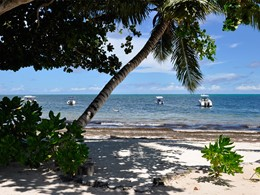 La plage qui borde l'hôtel