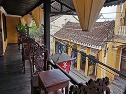 Vue sur la vieille ville animée d'Hoi An depuis votre suite