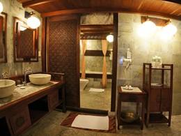 La salle de bain d'une suite du Vinh Hung 1 Heritage Hotel