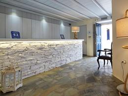 La réception du Vrahos Boutique Hotel