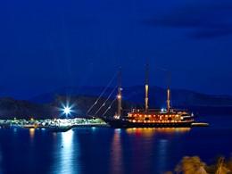 Vue de nuit du port de Karavostasis