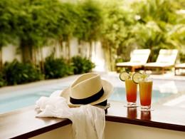 Rafraichissez vous au bord de la piscine du White Mansion