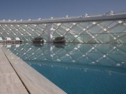 Autre vue de la piscine de l'hôtel Yas Viceroy