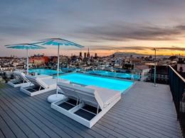 La superbe piscine du Yurbban Trafalgar Hotel