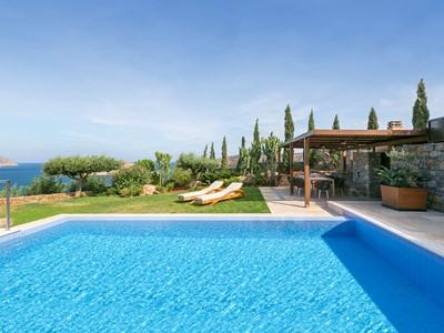 La piscine de la Royal Blue Villa du Blue Palace en Grèce