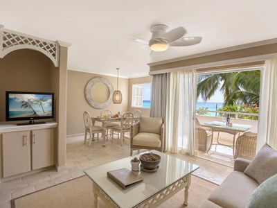 Le salon de la Two Bedroom Beachfront Luxury Suite