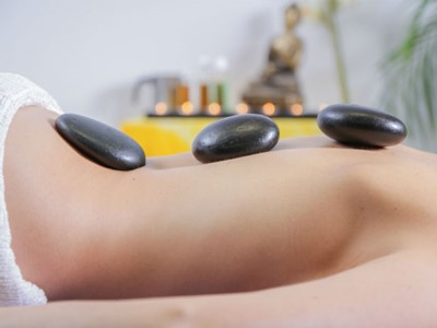 Massage aux pierres volcaniques – Hot stone Therapy