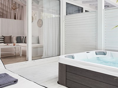 Honeymoon Outdoor Jacuzzi® Suite