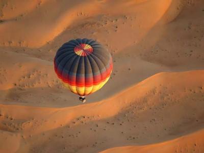 Vol en montgolfière au dessus du désert et safari