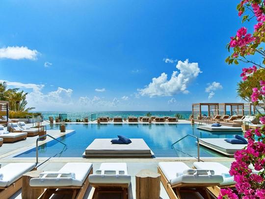 La superbe piscine de l'hôtel 1 South Beach à Miami