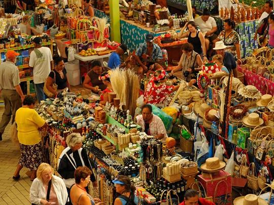 Le marché de Papeete vaut le détour, pour la richesse de ses couleurs et de ses parfums, et l'animation pittoresque et joyeuse