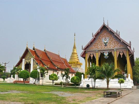 Vue du fameux Wat Chang Kham Woraviham et son beau chedi