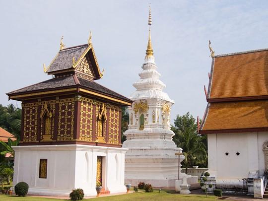 Visite du Wat Mua Khuang, célèbre pour sa bibliothèque de style Taï Lu