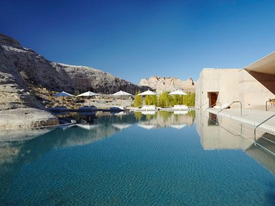 La superbe piscine de l'hôtel, sculpté dans la roche