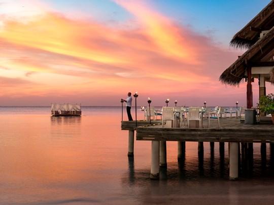 Spécialités maldiviennes face à l'océan au restaurant Sea. Fire. Salt