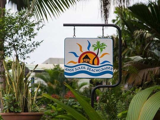 L'enseigne de l'hôtel Anse Soleil Beachcomber
