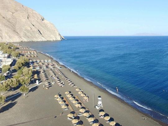 La plage de sable noir de Perissa