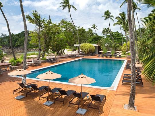 La piscine de l'hôtel Avani situé aux Seychelles