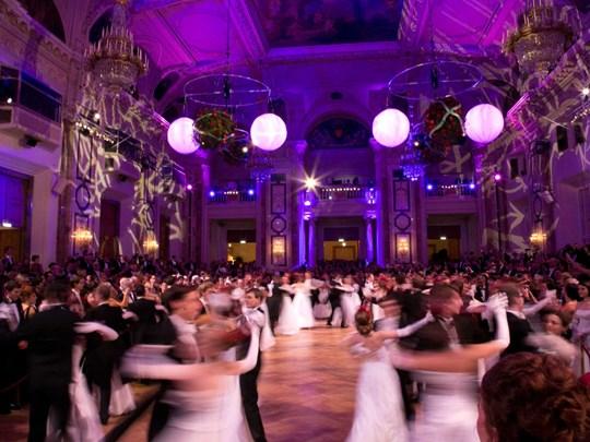 Prenez place dans la grande salle de cérémonie du Jardin de l'Empereur où le Grand Bal sera ouvert par une valse romantique