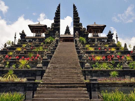 Visite du grand temple de Besakih construit au pied du volcan Agung, le plus haut de l'île
