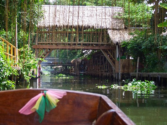 Embarquez à bord d'un bateau pour l'incontournable visite des klongs de Thonburi