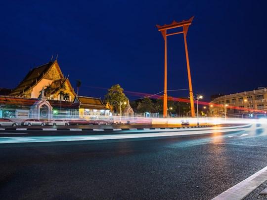 La balancoire géante Sao Chin Cha entre la place et la rue Bamrung Muang
